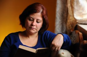 woman-reading-at-home-1207951-m